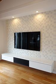 床から浮かしてテレビボードを設置
