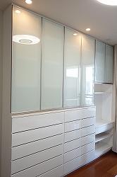 アルミフレーム扉を使用した収納戸棚