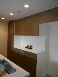 キッチンの面材合わせで食器棚を製作