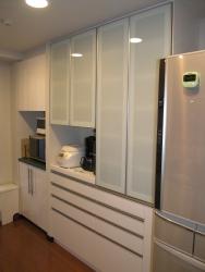 アルミフレーム仕様の食器棚
