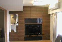 洋服掛け付きの壁面収納テレビボード