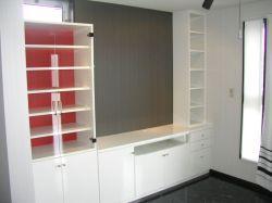 背板が赤いテレビボード飾り棚