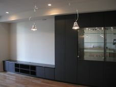 マンションの壁面収納テレビ台。硝子扉で飾り棚仕様