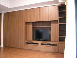 マンションの壁面収納テレビボード。クローゼットも付いてとても便利な収納