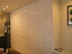 家電を隠す大型食器棚。白鏡面仕上げ