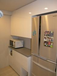 白鏡面食器棚