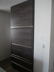 収納扉で家電を隠します。