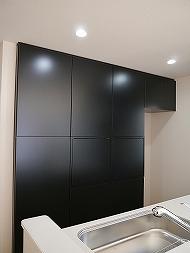 家電を隠す黒い食器棚でキッチンはスッキリ