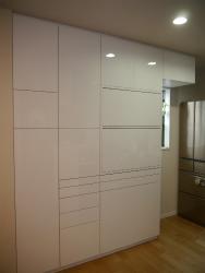 家電を隠せるタイプの食器棚。白のカップボード
